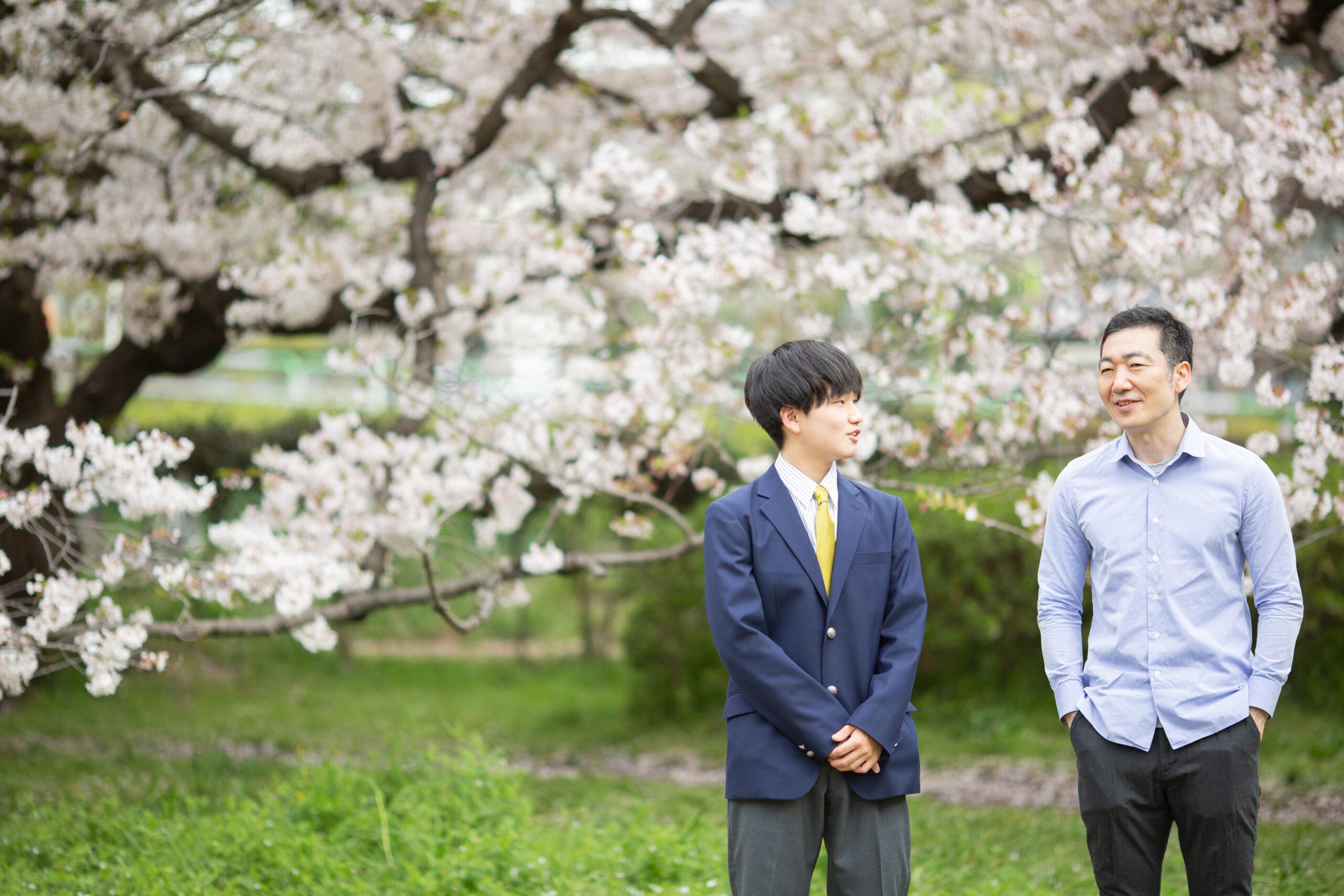 桜と歩く記念写真-M2