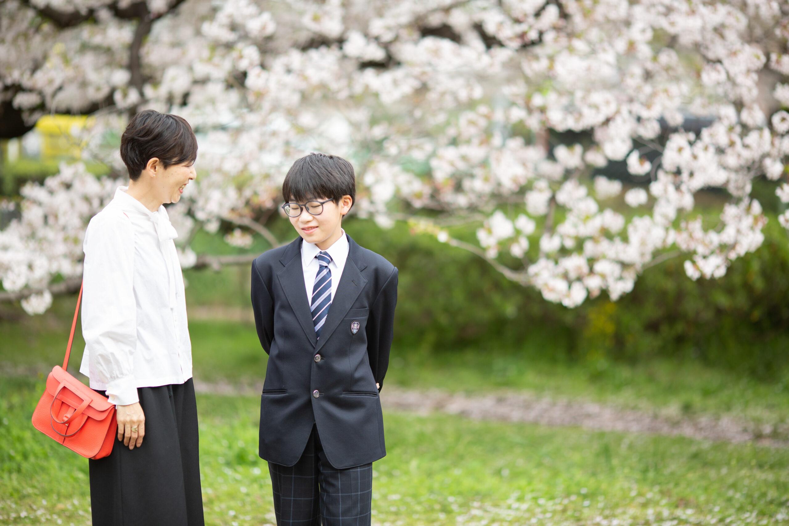 桜と歩く記念写真-M3
