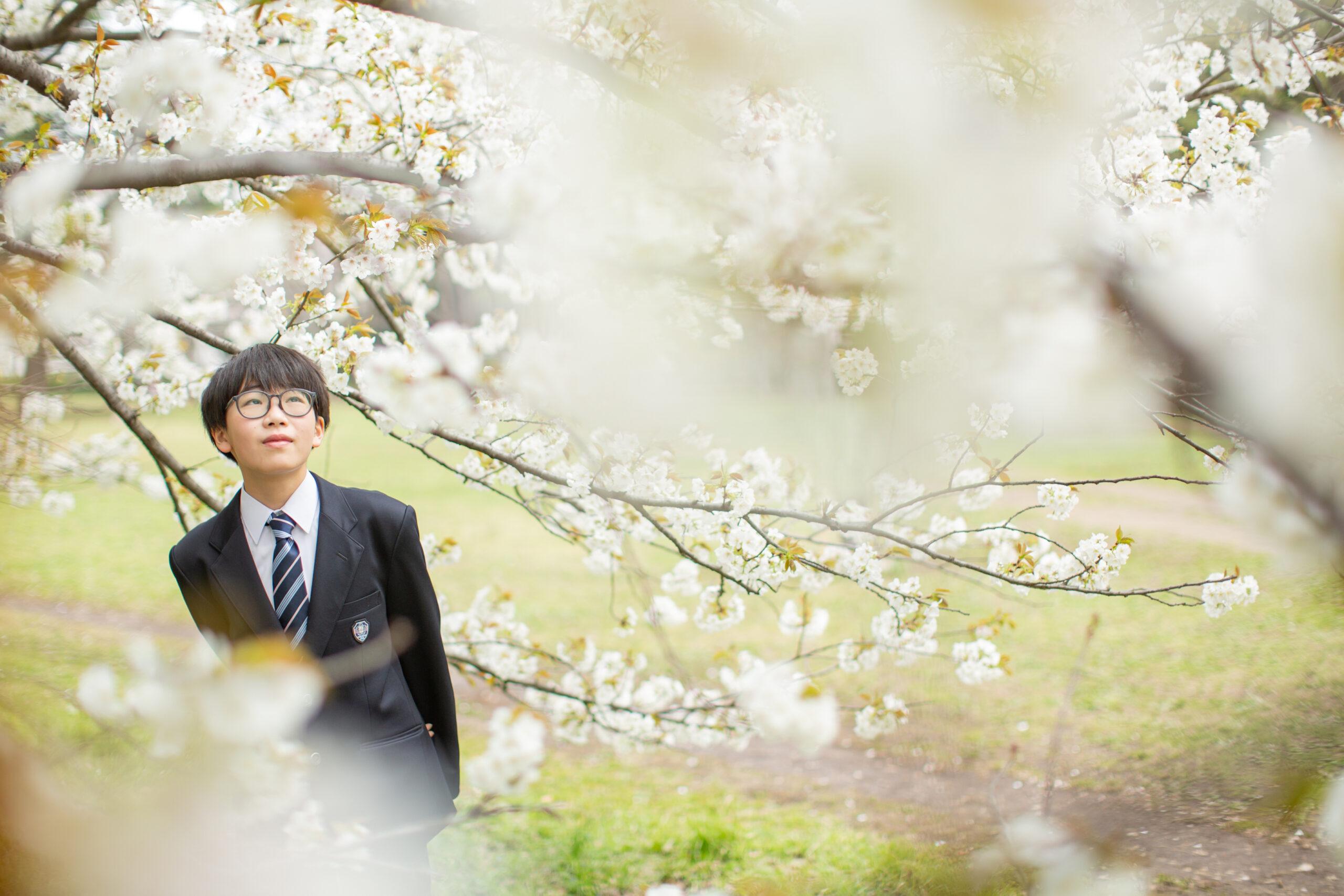 桜と歩く記念写真-M6