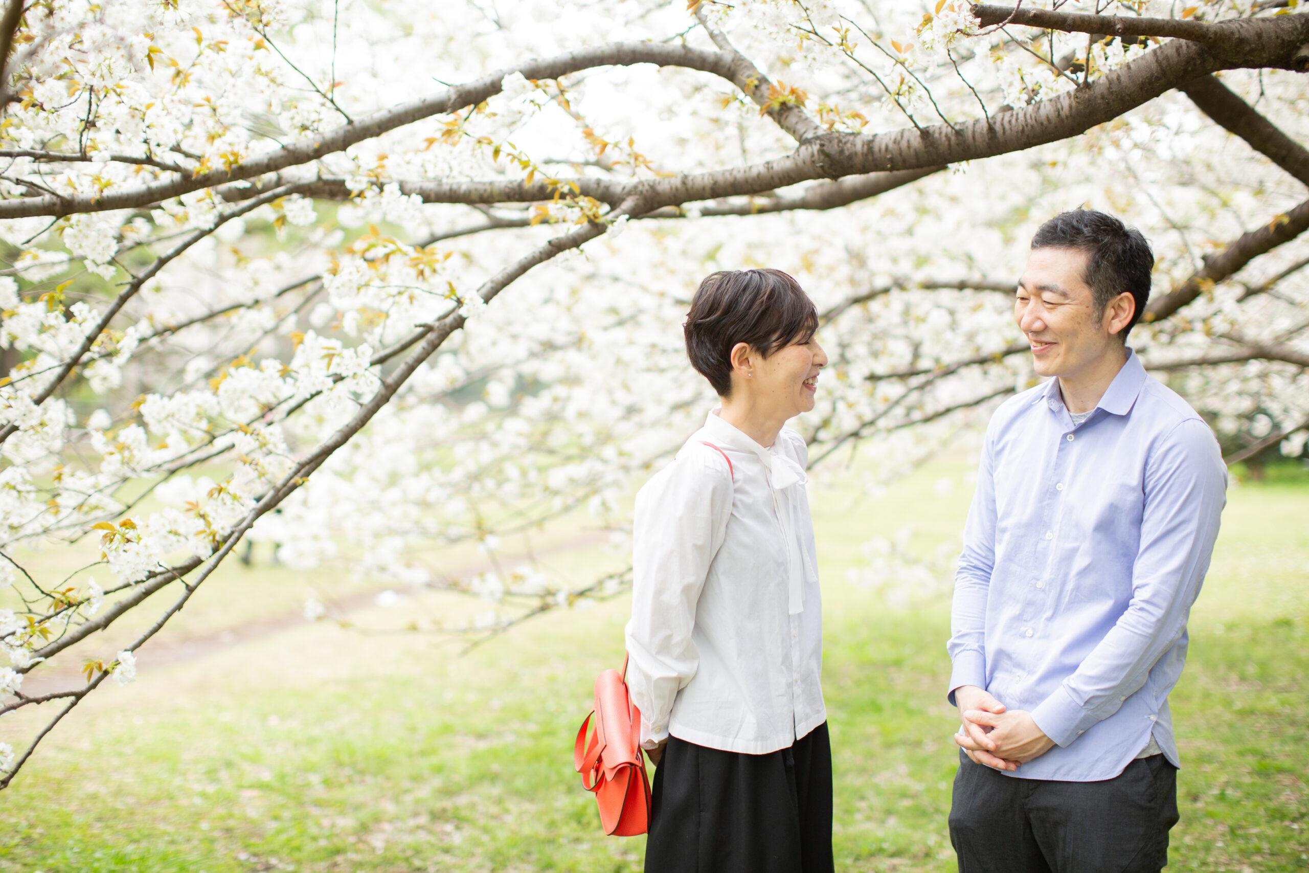 桜と歩く記念写真-M8