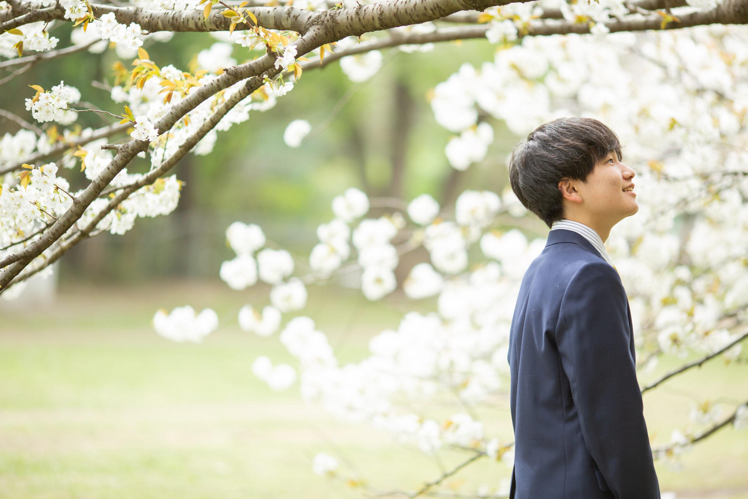 桜と歩く記念写真-M7